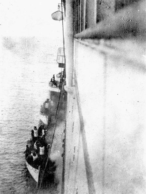 Name:  A truly historic photo showing lifeboats of Titanic survivors being rescued by the R.M.S. Carpat.jpg Views: 166 Size:  45.3 KB